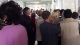 Толпа людей в больнице Талгара