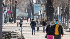 Люди в масках гуляют на улице