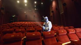 Дезинфектор обрабатывает зрительный зал
