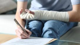 Женщина со сломанной рукой подписывает договор