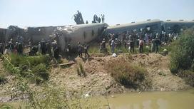 Место столкновения двух поездов в Египте