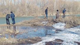 Люди на берегу реки