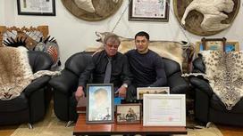 Известные казахстанцы сфотографировались со шкурами животных