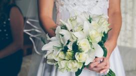 Невеста держит букет