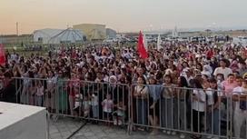 Зрители на концерте в Туркестане