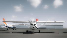 Самолет стоит на аэродроме