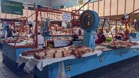 мясо лежит на прилавке на базаре