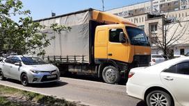 Фура на улице в Алматы