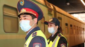 Транспортные полицейские возле поезда