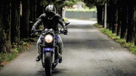 Мотоциклист едет по дороге