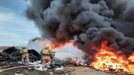 Пожарные тушат возгорание покрышек в Актау