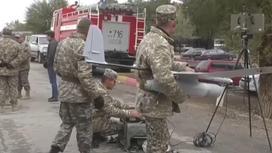 Военные с беспилотником в селе Кайнар на фоне пожарной машины