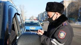 полицейский проверяет документы у водителя