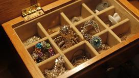 Золотые украшения лежат в шкатулке