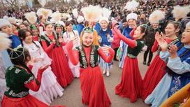 Девушки в национальных костюмах танцуют