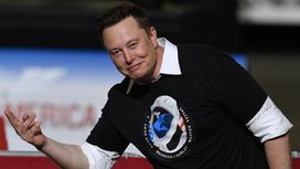 Илон Маск жестикулирует