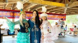 Дана Аскар и девушки в национальных нарядах