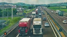 грузовики едут по шоссе