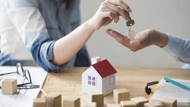 Женщина передает ключи от дома мужчине