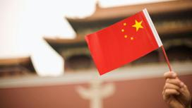 Флаг Китая в руке