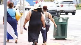 женщины идут по улице