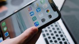 Человек держит телефон в руке