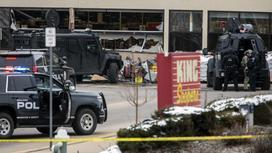 Полицейское оцепление возле супермаркета в Боулдере, Колорадо