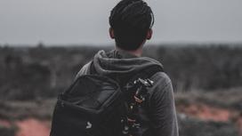 Парень с рюкзаком на спине