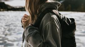 Девочка идет по улице с рюкзаком