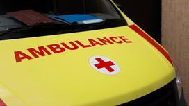 Машина скорой помощи стоит на улице