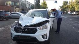 Автомобиль, влетевший в остановку в Таразе