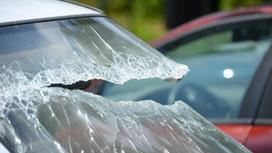 Лобовое стекло машины разбили