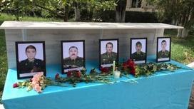 Цветы и портреты погибших спасателей