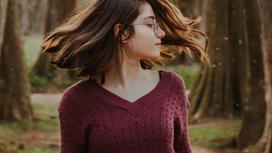 Девушка в бордовом свитере