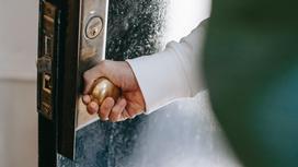 Человек открывает дверь