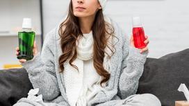 Девушка в теплой одежде держит два флакона