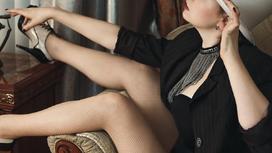 Девушка сидит в кресле