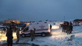 Медики прибыли к месту крушения вертолета
