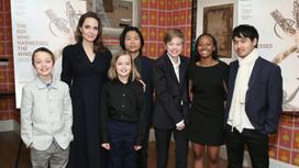 Анджелина Джоли в окружении своих детей