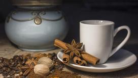 кофейная чашка, корица, гвоздика