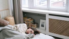 Девушка в постели в плохом настроении