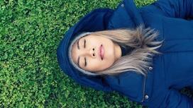 девушка в куртке на земле
