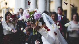 Молодожены празднуют свадьбу