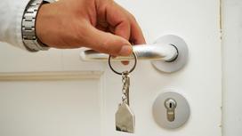 Мужчина держит ключ в руке