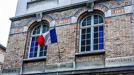 Здание с флагом Франции и лозунгами революции