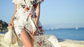 девушка в платье у моря