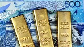 Золотые слитки лежат на купюре 500 тенге