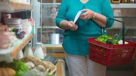 Женщина ходит в супермаркете