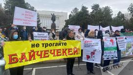 Протестующие у Дома правительства в Бишкеке