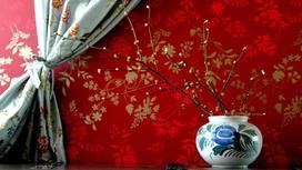 Красные обои и ваза